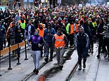 Melbourne protests: Anti-vax tradies and police go head to head at CFMEU headquarters